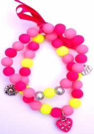 Elastisch armbandje dubbel! glaskralen en bedeltjes roze/fuchsia/geel fluor