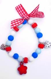 Elastisch armbandje glaskralen en bedeltjes rood/wit/blauw