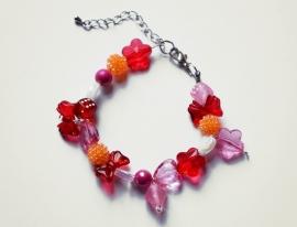Kralenarmbandje roze/rood met bedels