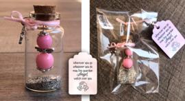 Geluksengeltje in wensflesje, met handgemaakt tekstlabel | roze