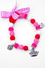 Elastisch armbandje glaskralen en bedeltjes roze/wit/rood