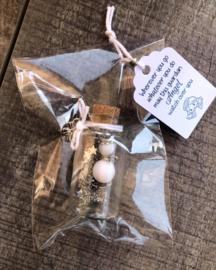 Geluksengeltje in wensflesje, met handgemaakt tekstlabel | wit