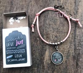 Armbandje voor de juf met tekstbedel, in doosje met tekst, roze