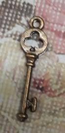 6 x prachtig bedeltje sleutel geelkoper 30x 7mm