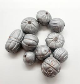 10 x prachtige mix kralen van klei maat c.a. 11~23mm zilver