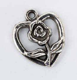 10 x Verzilverde bedels van een hartje, gedocereerd met een roos. 18,8 mm x 16 mm