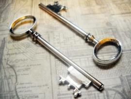 Grote tibetaans zilveren sleutel  80 x 23 x 5mm gat: 18mm
