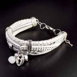 Prachtige armband, verstelbaar met metalen elementen w.o. bedel sleutel