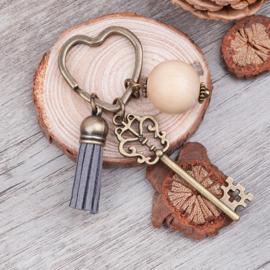 Prachtige sleutelhanger me kwastje, sleutel en kralen 89 x31mm