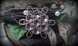 Per stuk zilveren kastje/bedel/tussenzetsel bloemmotief zonder steentjes 32 mm