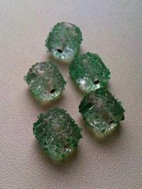 10 x glaskraal grillig transparant bewerkt met groen 13 x 12 x 9 mm