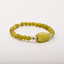 Per stuk Prachtige kralenarmband olijfgroen/zilver met elastiek, voorzien van mooie edelsteen