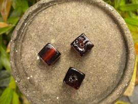 Mooie kubus glaskraal 12mm donker bruin