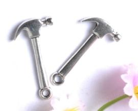 Tibetaans zilveren bedeltje van een hamer 25x13mm