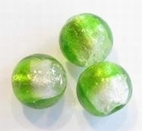 Per stuk Glaskraal rond groen/wit zilverfolie 14 mm