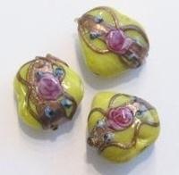 Per stuk glaskraal weddingcake geel hart bewerkt 15 mm