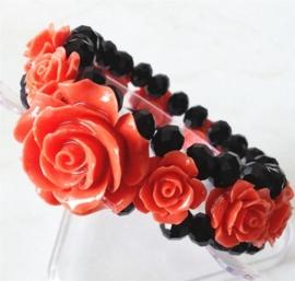Prachtige armband met elastiek met kristallen kralen een Coral roosjes van 15 en 30mm