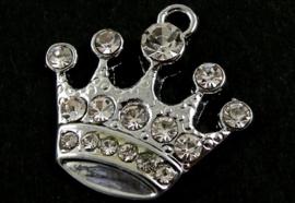 2 x Prachtig platinum bedeltje van een kroontje met strass steentjes 21 x 20mm, oogje 2mm