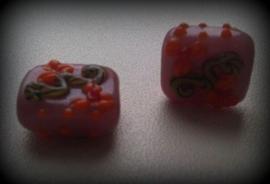5 x glaskraal paars/lila bewerkt met opliggende bloemmotief ca 14 mm