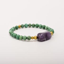Per stuk Prachtige kralenarmband gemeleerd groen/goud met elastiek, voorzien van mooie edelsteen