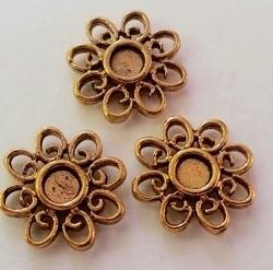 2 x  Antiek Kastje rond bewerkt goudkleur 14 mm, ruimte voor 4 mm plaksteen