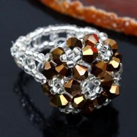 Prachtige ring gemaakt van kristal, het ring gedeelte is elastisch brons AB