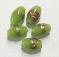 Per stuk Glaskraal India ovaal groen met goudrand 14 mm