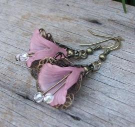 Prachtige oorbellen met bloemenkelkjes