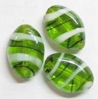 Per stuk Glaskraal plat ovaal Groen/wit met mooie glans 18 mm