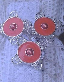 Per stuk zilveren metalen tussenzetsel met oranje epoxy 30 mm