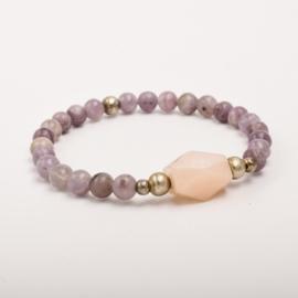 Per stuk Prachtige kralenarmband paars gemeleerd /zilver met elastiek, voorzien van mooie edelsteen
