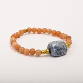Per stuk Prachtige kralenarmband zalm-oranje/goud met elastiek, voorzien van mooie edelsteen