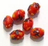 Per stuk Glaskraal India rood met bloem 13 mm