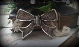Per stuk kunststof antiek zilveren strik 50 x 37 mm
