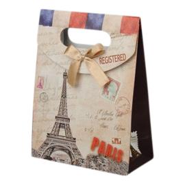 Cadeautasje kraft papier afmeting: 165 x 125 x 56mm met strikje Parijs B