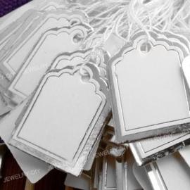 Bosje met c.a. 100 stuks prijs labels prijskaartjes 23x18mm met koordje zilveren rand