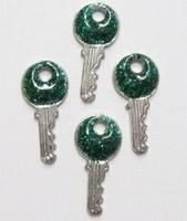 5x Zilverkleurige metalen bedel sleutel groen 19 mm