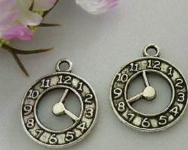 Tibetaans zilveren bedeltje van een klok 21x18mm