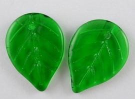 10 stuks bloemblad glaskralen groen afm. 18 x 13mm gat: 0,5mm