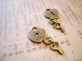4 x Tibetaans zilveren hartje met sleuteltje 27x14mm geel koper
