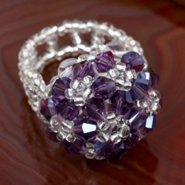 Prachtige ring gemaakt van kristal, het ring gedeelte is elastisch paars/lila