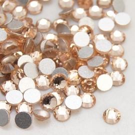 20 stuks (bijvoorbeeld geschikt als tand - nagel) kristallen 1.8mm  Light Peach