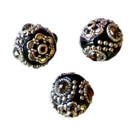 Schitterende handgemaakte Kashmiri kraal 20mm ingelegd met metaal & strass zwart met grijze steen