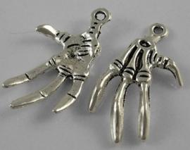 2 x Tibetaans zilveren hanger van een skelet klauw hand 32mm x 19mm x 3mm gat: 2mm