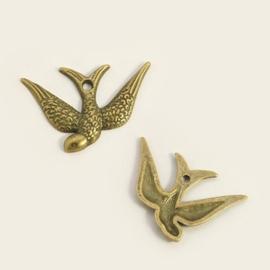 Tibetaans zilveren bedel van een vogel zwaluw 24 x 17 x 2mm Gat 1mm geel koper kleur