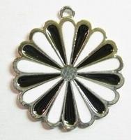 Per stuk Metalen hanger rond bloem met wit/zwarte epoxy 40 mm