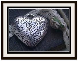 2 x Metallook zilveren bedel/hanger hart bewerkt met bloemmotief 34 mm