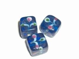 1 x Glaskraal kubus 13x12mm blauw met bloemmotief