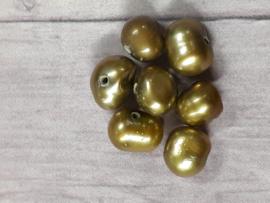 Per stuk zoetwater parels bruin groen  c.a. 4 x 3 mm gat : 1 mm