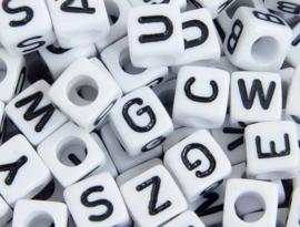 Letterkraal per stuk  Acryl vierkant wit 7mm, gat 4mm  Vierkant